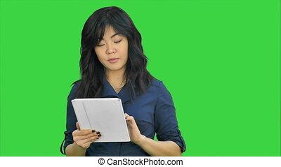 고아하다, 여자, 컴퓨터, 사업, 정제, chroma, 나이 적은 편의, 스크린, 복합어를 이루어 ...으로 보이는 사람, 카메라, 녹색, 선물, 열쇠