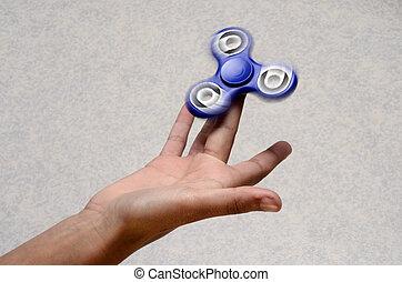 공을 가진 자가 공격 방향을 모르게 하기 위해 재빨리 회전하는 트릭 플레이, 장난감, 싱숭생숭 하는, 손