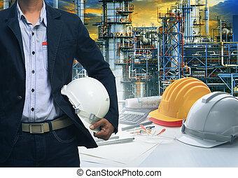 공학, 기름, 안전, 남자, 백색, 서 있는, 향하여, 헬멧, r