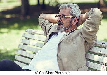 구슬픈, 성숙한 남자, 벤치에 앉는, 에서, 자형의 것, 도시의, park.