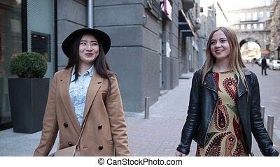 귀여운, 걷기, 쇼핑 백, 거리, 여자