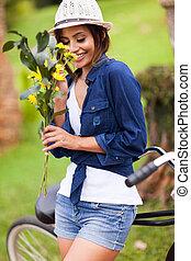 귀여운, 여자, 냄새맡음, 나이 적은 편의, 옥외, 꽃