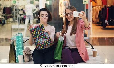 귀여운, smartphone, bags., 말하는 것, 을 사용하여, 구입, 쇼핑, 카메라, 전시, 착석, ...
