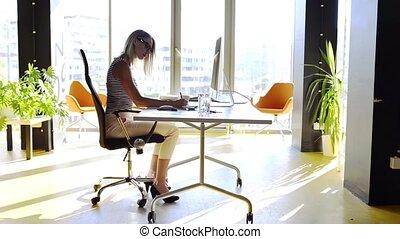 그녀, 사무실, 여자 실업가, 책상, 컴퓨터, working.