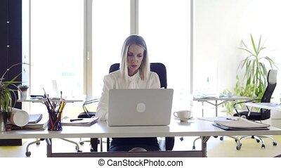 그녀, 사무실, 여자 실업가, 휴대용 퍼스널 컴퓨터, 책상, working.