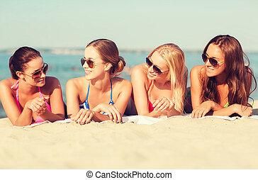 그룹, 의, 미소, 여자, 에서, 색안경, 통하고 있는, 바닷가