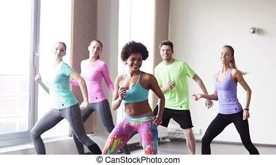 그룹, 의, 미소 짓고 있는 민족, 댄스, 에서, 체조, 또는, 스튜디오