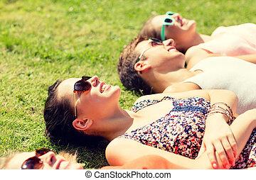 그룹, 의, 미소, 친구, 잔디에 속이는, 옥외