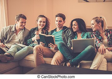 그룹, 의, 소수민족의 멀티, 나이 적은 편의, 학생, 대비하는 것, 치고는, 시험, 에서, 가정의 실내