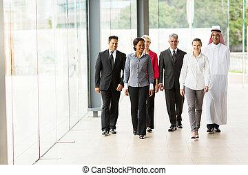 그룹, 의, 실업가, 걷기, 에서, 오피스 빌딩