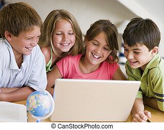 그룹, 의, 어린 아이들, 함, 그들, 숙제, 통하고 있는, a, 휴대용 퍼스널 컴퓨터