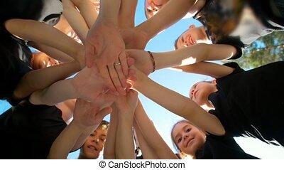 그룹, 의, 학교 어린이, 은 실행한다, 운동회, 자극이다, 인사, 와, 위에의손, 운동장, 의, 야드,...