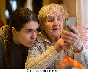 그의 것, 나이 먹은, granddaughter., 여자, 성인, smartphone, 모양