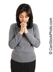 기도하고 있는 여성, 나이 적은 편의