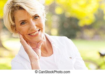 기쁜, 중년, 앉아 있고 있는 여성, 에, 그만큼, 공원