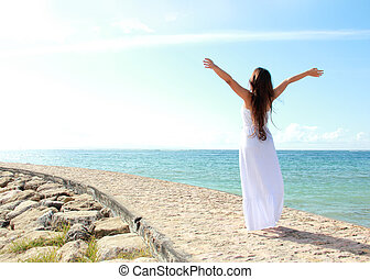긴장을 풀고 있는 여성, 바닷가에, 와, 팔은 열n다, 즐기, 그녀, 자유
