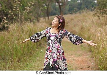 긴장을 풀고 있는 여성, 에서, 자연