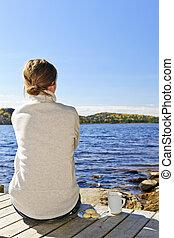 긴장을 풀고 있는 여성, 에, 호수 기슭
