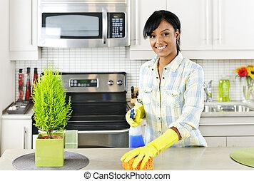 깨끗하게 하고 있는 여성, 나이 적은 편의, 부엌