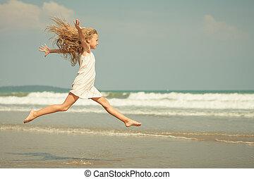 나는 듯이 빠른, 점프, 바닷가, 소녀, 통하고 있는, 파랑, 바다 기슭, 에서, 여름 휴가