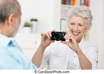 나이가 지긋한 여성, 사진을 찍음, 그녀, 남편