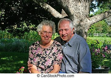 나이가 지긋한 커플
