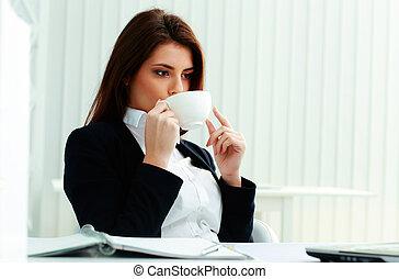 나이 적은 편의, 미소, 여자 실업가, 컵을 잡는 것, 와..., 마시는 커피, 에서, 사무실