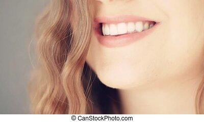 나이 적은 편의, 백색, 여자, 아름다운, toothy미소, 완전한, 건강한, 건강, 아름다움, 이