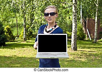 나이 적은 편의, 블론드, 컴퓨터와 더불어 여성, 정원의