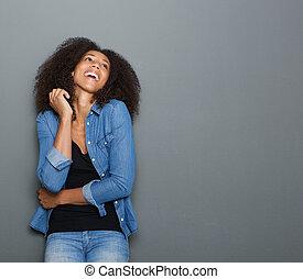 나이 적은 편의, 아메리카 흑인 여자, 웃음, 통하고 있는, 회색의 배경