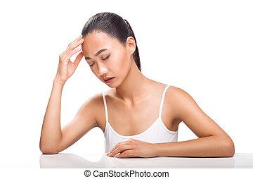 나이 적은 편의, 아시아 사람 여자, 가지고 있는 것, 두통, 고립된, 백색 위에서, 배경