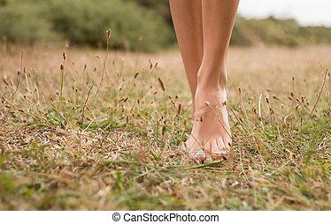 나이 적은 편의, 여성, 다리, 걷기, 초지에
