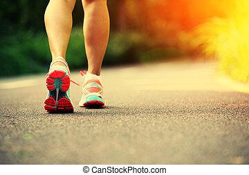 나이 적은 편의, 적당, 여자, 다리, 달리기