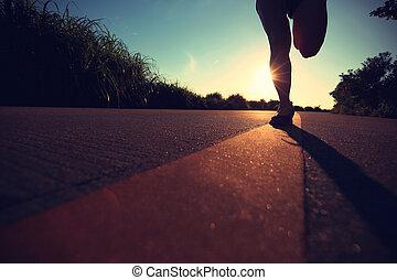 나이 적은 편의, 적당, 여자, 다리, 달리기, 통하고 있는, 해돋이, 해변, 길게 나부끼다