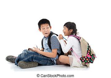 나이 적은 편의, 행복하다, 아시아 사람, 학생, 쓰기, 함께, 위의, 백색 배경