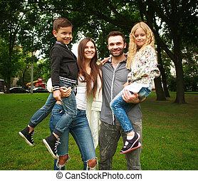 나이 적은 편의, 행복한 가족, 와, 2명의 아이들, 에서, 여름, 그린 파크