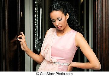나이 적은 편의, 흑인 여성, 모델, 의, 유행, 와, 분홍색의 드레스