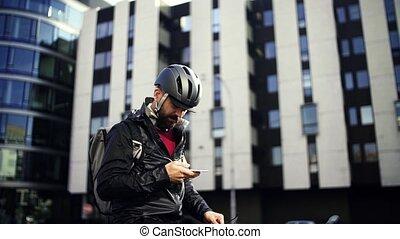 남성, 자전거 급사, 와, 배낭, 주는 것, 포장, 에서, 도시, 을 사용하여, smartphone.