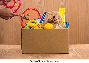 남성, 지원자, 보유, 기부금 상자, 와, 늙은, toys.