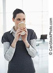 남자가 멋을 낸, 나이 적은 편의, 여자 실업가, 마시는 커피