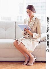남자가 멋을 낸, 여자 실업가, 소파에 앉아 있는 것, 을 사용하여, 알약 pc