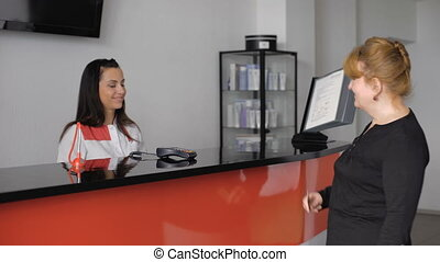 남자가 멋을 낸, 연장자, 숙녀, 체크인하는, 에, 그만큼, 의사의 사무실, 응접, desk.