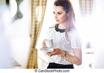 남자가 멋을 낸, 젊은 부인, 마시는 커피