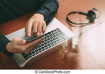 남자, 손, 을 사용하여, voip, 헤드폰, 와, 디지털 알약, 컴퓨터, 단미, 똑똑한, 키보드, 개념, 통신, 그것 지원, 외침 센터, 효과
