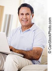 남자, 에서, 거실, 와, 휴대용 퍼스널 컴퓨터, 미소