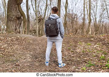 남자, 여행자, 와, 배낭, 하이킹, 에서, 그만큼, 봄, 숲, 위에 휴식하는, 그만큼, 언덕, top., 여행, 와..., 스포츠, 생활 양식, concept., 극단, 휴가, outdoor.
