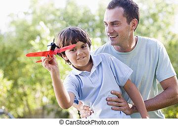 남자, 와..., 젊음 소년, 옥외, 노는 것, 와, 장난감 비행기, 미소