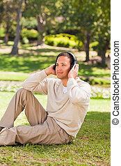남자, 음악을 듣는 것, 공원안에