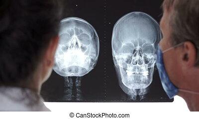 내과의, 의사, 토론, 엑스선으로 검사하다
