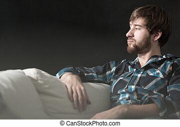 내리누르게 된다, 남자, 은 이다, 소파에 앉아 있는 것